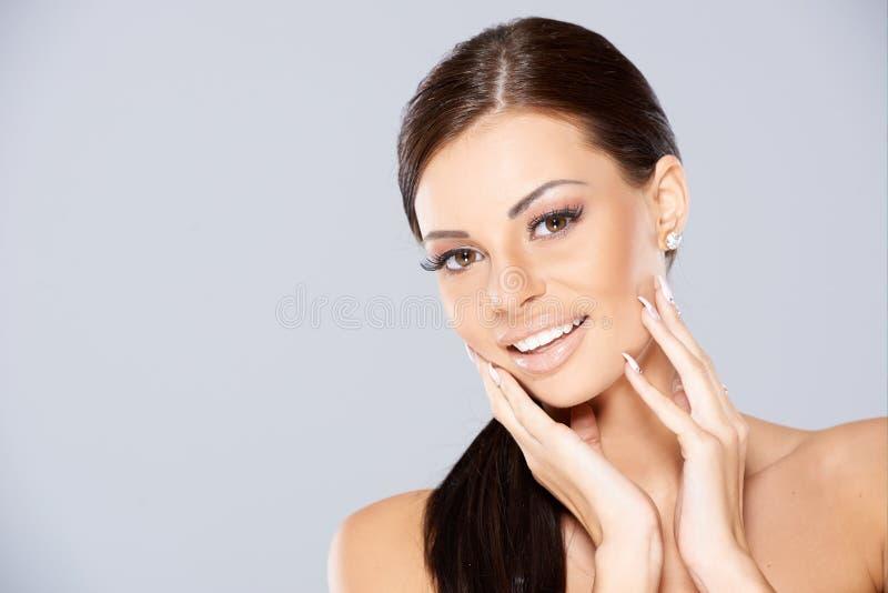 Chiuda su di bella donna sorridente immagine stock libera da diritti
