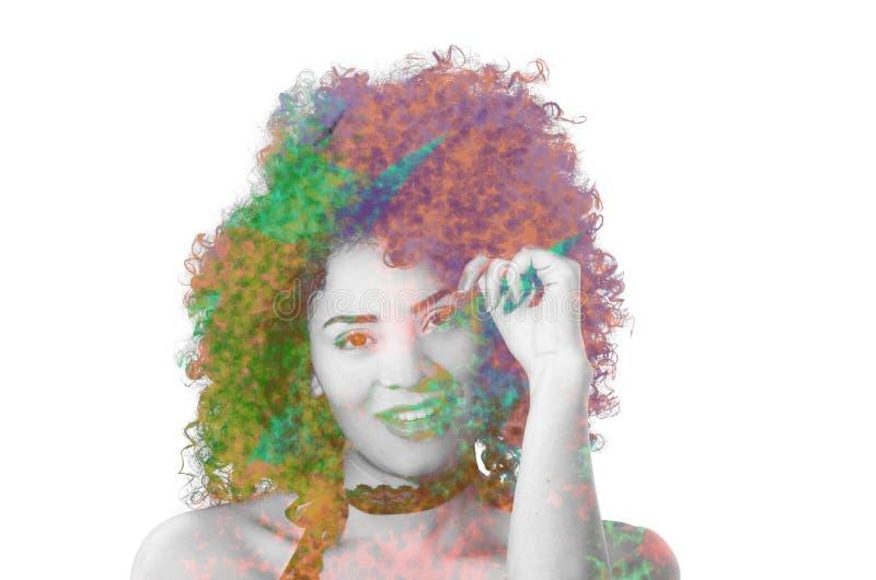 Chiuda su di bella ragazza afroamericana sorridente con un'acconciatura di afro, con l'esposizione doble, in un fondo bianco immagine stock