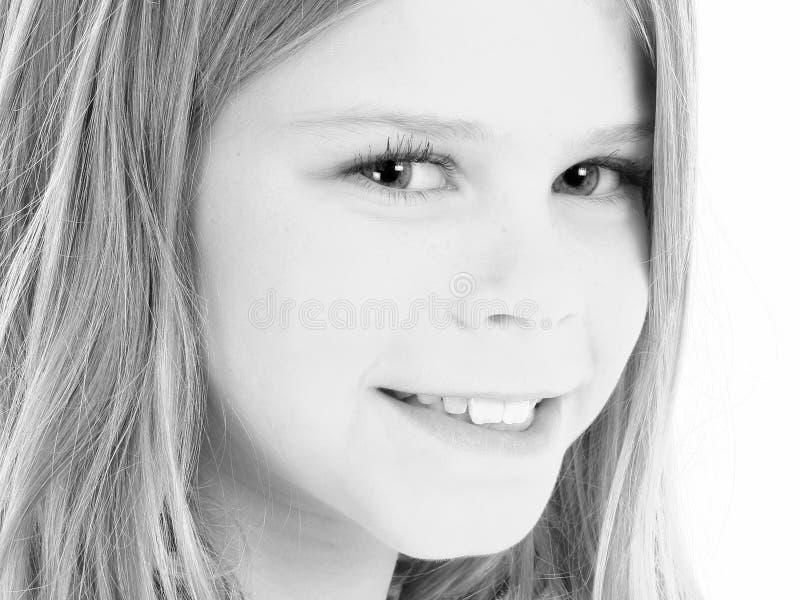 Chiuda in su di bella ragazza americana di 10 anni nel nero e in Whi fotografie stock libere da diritti