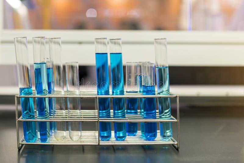 Chiuda su di bello liquido variopinto blu di chimica in provetta per il laboratorio o la scienza immagini stock