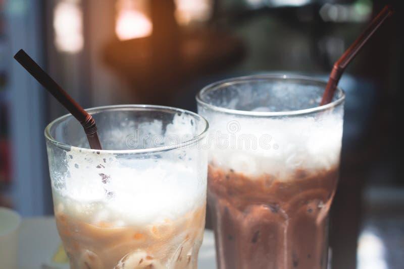 Chiuda su di caffè ghiacciato e di cioccolato ghiacciato in vetri fotografia stock