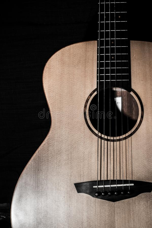 Chiuda su di colore dell'annata della chitarra acustica immagini stock libere da diritti