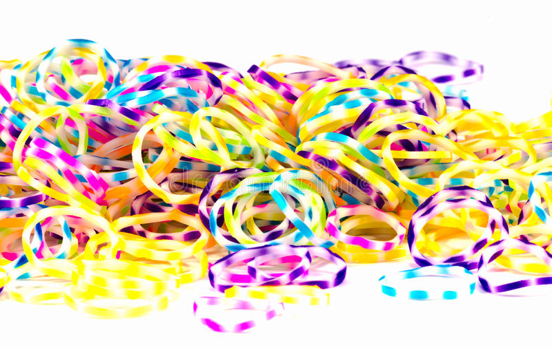 Chiuda su di colore elastico variopinto dell'arcobaleno delle bande del telaio in pieno su wh fotografia stock libera da diritti