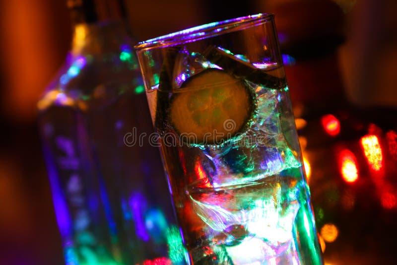 Chiuda su di Gin Tonic con il cetriolo ed i cubetti di ghiaccio immagini stock