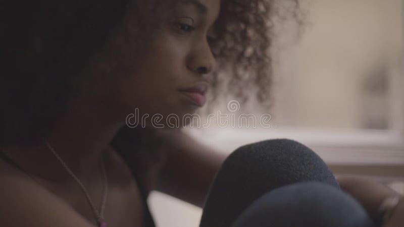 Chiuda su di giovane bella donna di colore che ritiene molto triste Ragazza splendida nella disperazione video d archivio