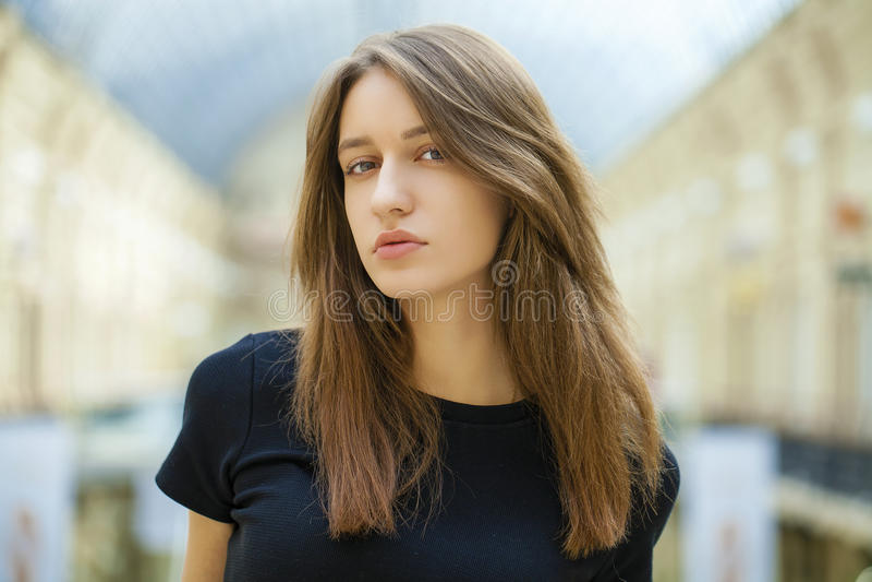 Chiuda su di giovane bella donna in vestito nero fotografie stock
