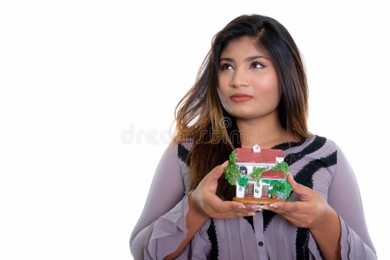 Chiuda su di giovane donna di affari persiana grassa che pensa mentre holdi fotografia stock libera da diritti