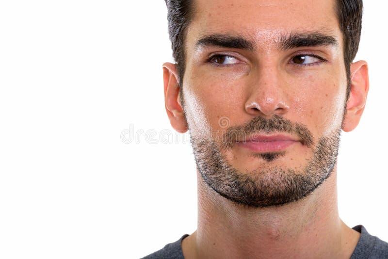 Chiuda su di giovane uomo bello che pensa mentre distolgono lo sguardo fotografia stock