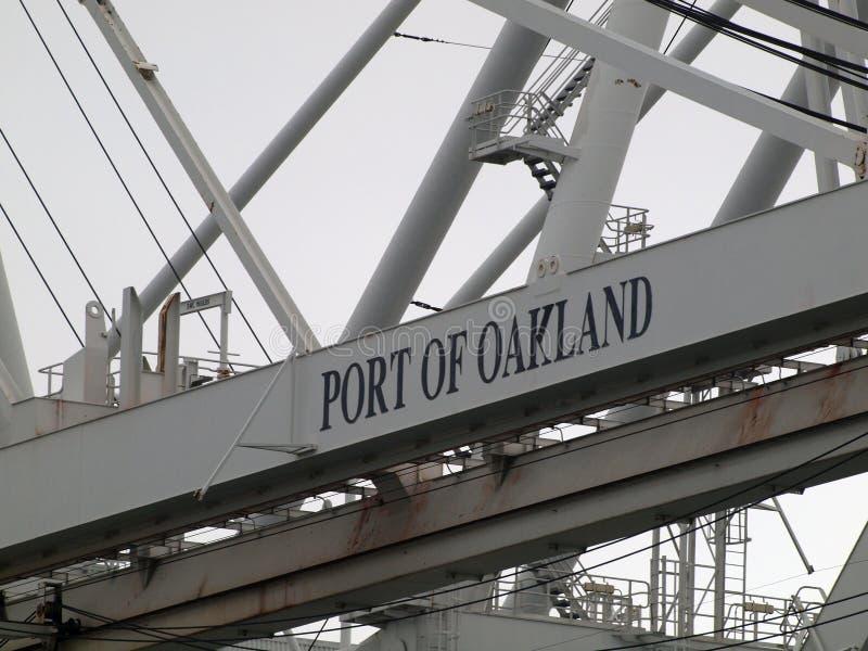 Chiuda su di grande gru di spedizione che caratterizza il porto del segno di Oakland fotografie stock libere da diritti