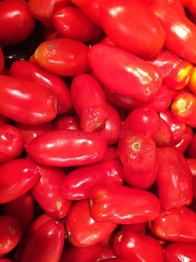 Chiuda su di grande scatola di peperoni al supermercato fotografia stock