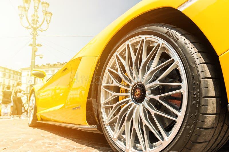 Chiuda su di Lamborghini giallo Aventador fotografia stock libera da diritti