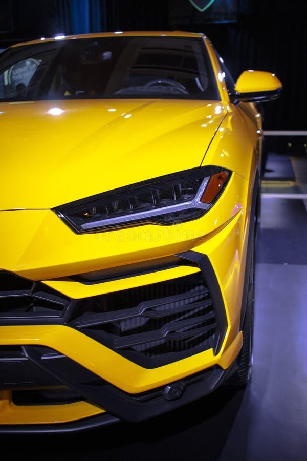 Chiuda su di Lamborghini Urus giallo fotografie stock libere da diritti