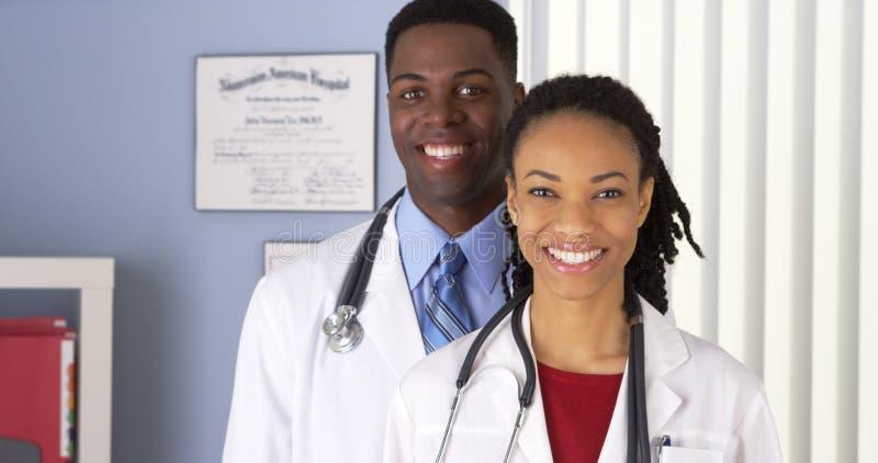 Chiuda su di medici afroamericani sorridenti immagini stock libere da diritti