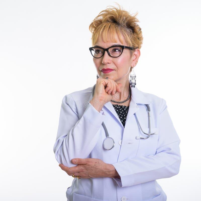 Chiuda su di medico asiatico senior della donna che pensa mentre indossano l'occhio immagini stock