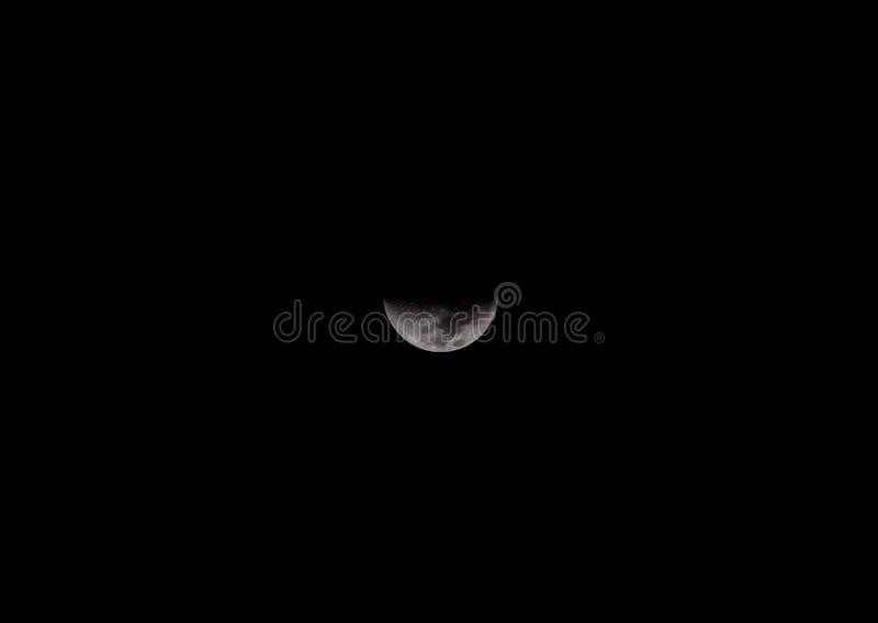 Chiuda su di mezza luna nel cielo scuro fotografie stock libere da diritti