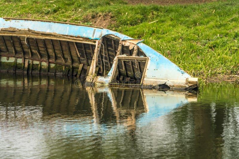 Chiuda su di mezzo relitto sommerso della barca fotografie stock libere da diritti