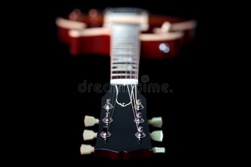 Chiuda su di nuova testa motrice della chitarra elettrica fotografia stock