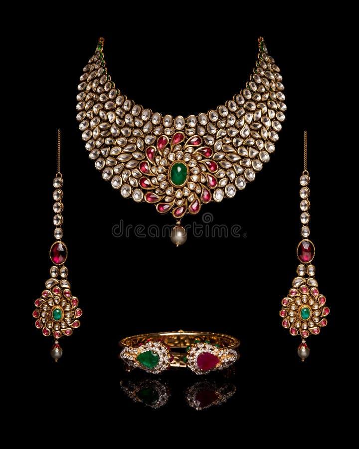Chiuda su di oro e della collana di diamante fotografia stock