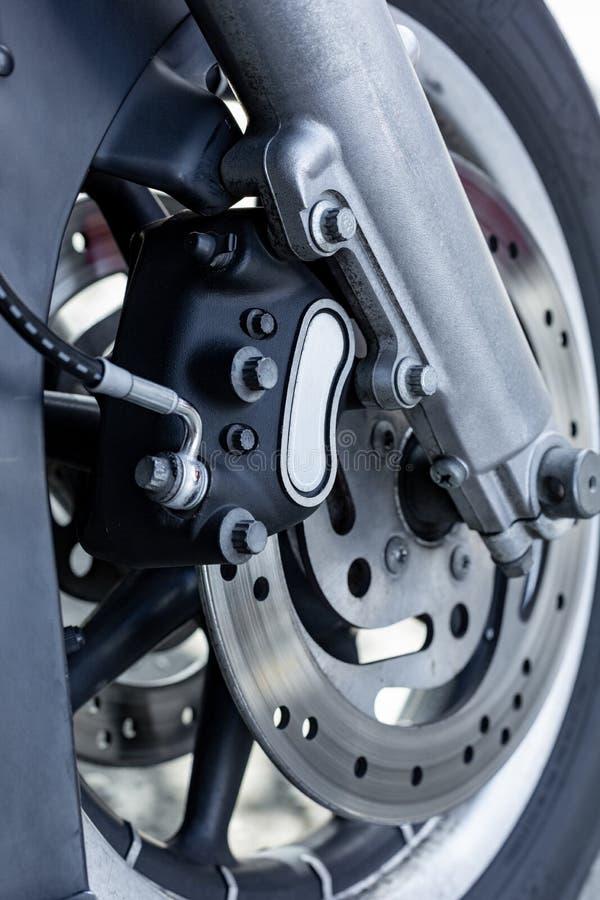 Chiuda su di parcheggio d'annata del motociclo sulla strada Vista di Croped, ruota immagini stock libere da diritti