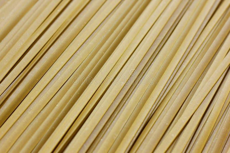 Chiuda su di pasta cruda, fettuccine verde di Spanich immagini stock
