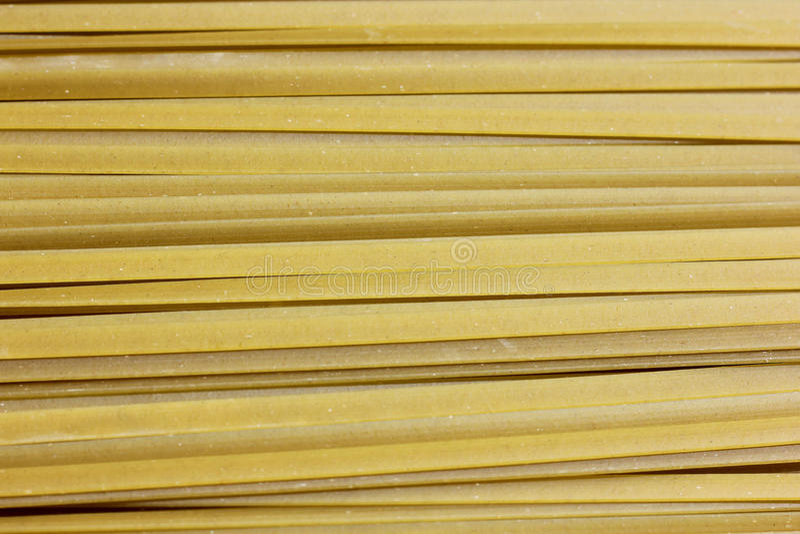 Chiuda su di pasta cruda, fettuccine verde di Spanich fotografie stock