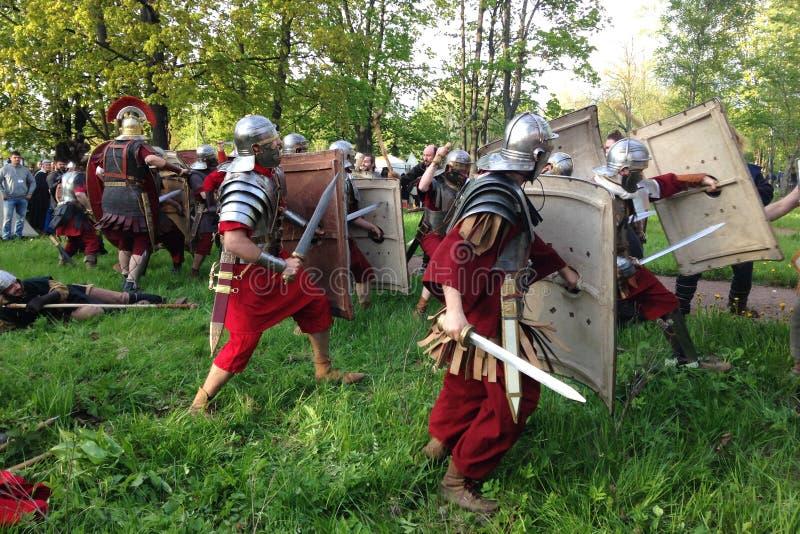 Chiuda su di ricostruzione storica messa in scena della battaglia dei legionari romani al fondo dei musei in Alexander Park fotografie stock libere da diritti