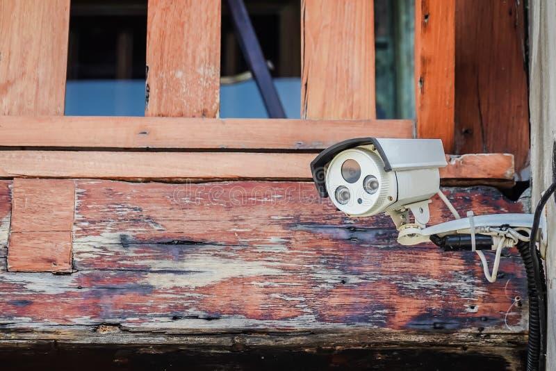 Chiuda su di sicurezza della macchina fotografica del CCTV sulla vecchia costruzione fotografia stock