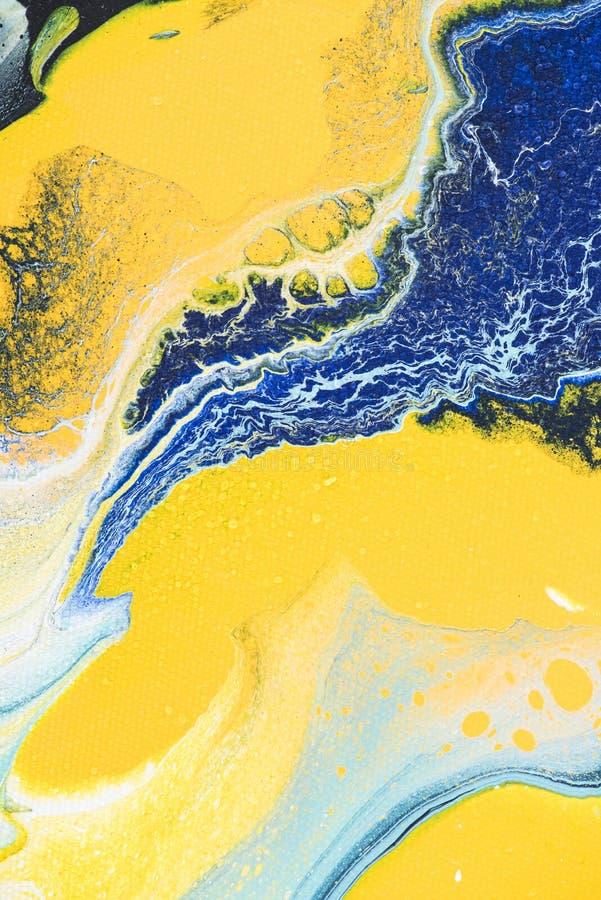 chiuda su di struttura astratta con pittura acrilica gialla e blu immagini stock