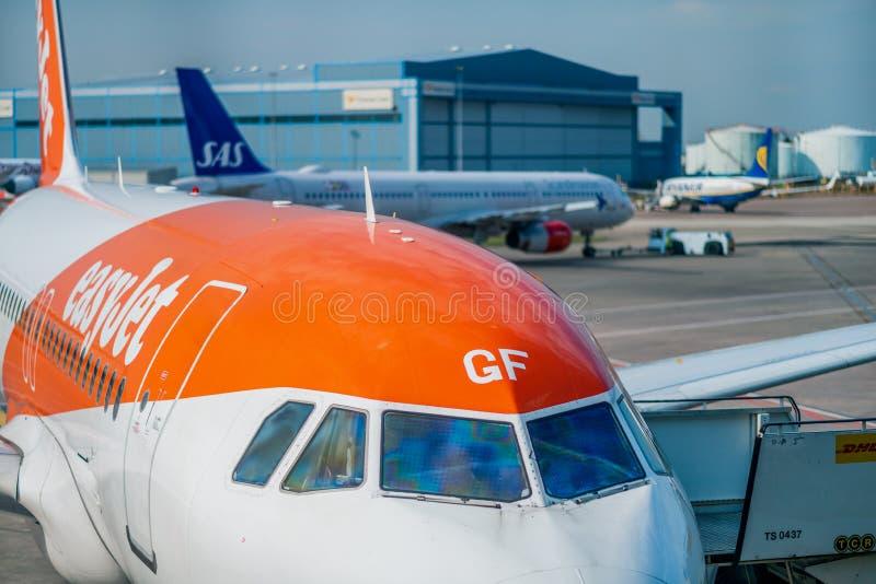 Chiuda su di un aereo pronto per i passeggeri all'aeroporto di Manchester - la luce del giorno 2019 di Easyjet Airbus immagini stock libere da diritti