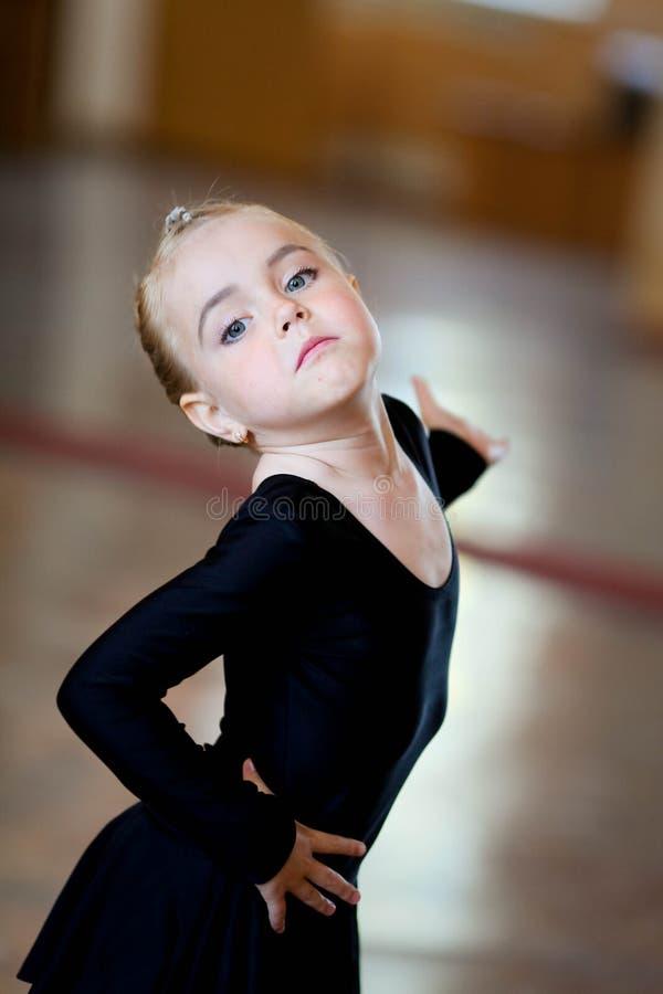Chiuda su di un ballerino biraziale del bambino fotografia stock libera da diritti