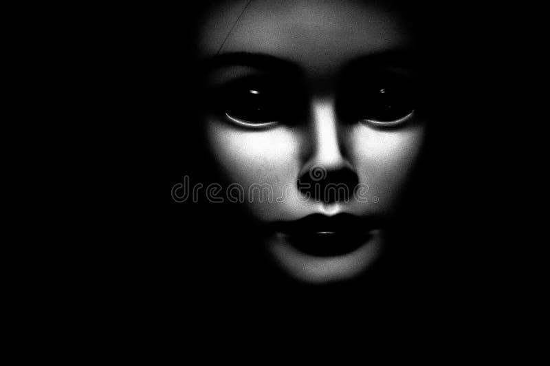 Chiuda su di un bambino osservato nero sembrante spettrale che sembra lo spettatore passato, caratterizzando gli occhi neri surdi illustrazione di stock