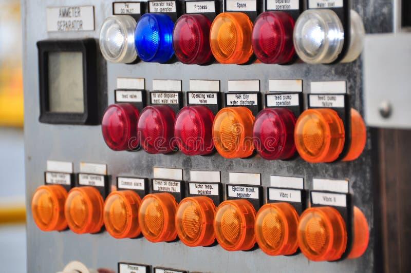 Chiuda su di un contatore elettrico, i metri di impianto elettrico per un complesso condominiale o un petrolio marino e un impian fotografia stock