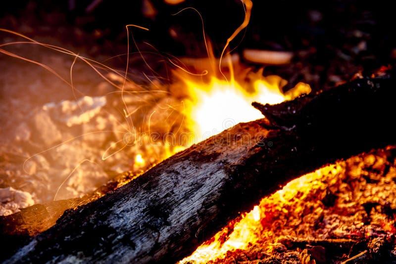 Chiuda su di un fuoco di accampamento all'aperto fotografia stock