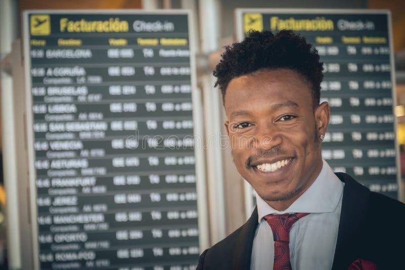 Chiuda su di un giovane uomo d'affari davanti al ghiaione della registrazione fotografie stock libere da diritti
