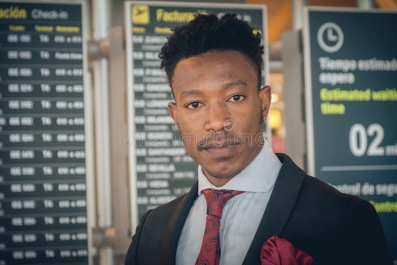 Chiuda su di un giovane uomo d'affari davanti al ghiaione della registrazione fotografia stock