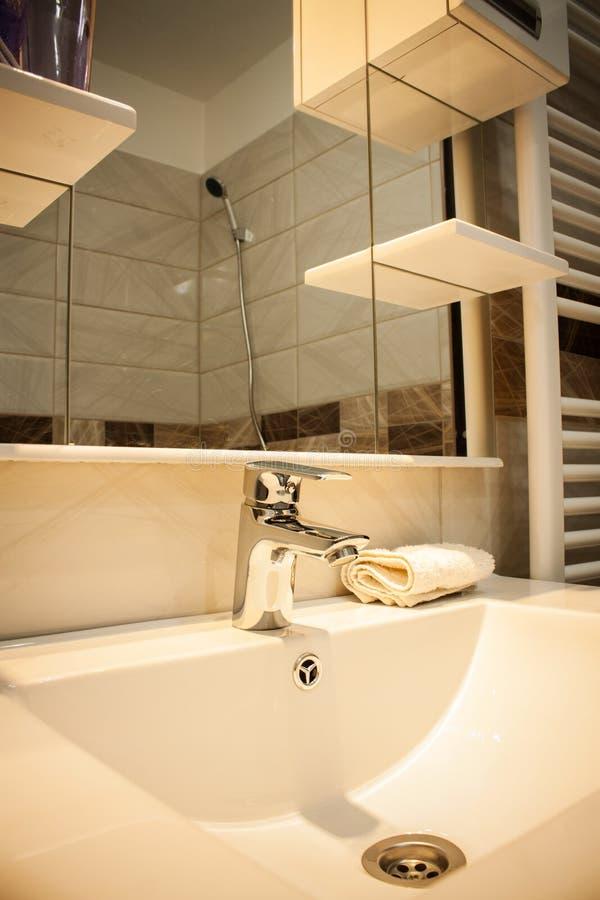 Chiuda su di un lavabo in un bagno moderno fotografia stock libera da diritti