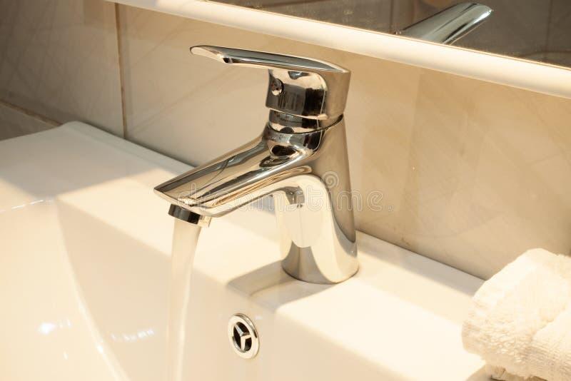 Chiuda su di un lavabo in un bagno moderno immagine stock libera da diritti