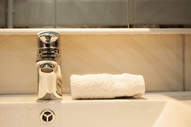 Chiuda su di un lavabo in un bagno moderno immagine stock