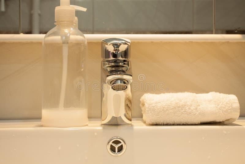 Chiuda su di un lavabo in un bagno moderno immagini stock libere da diritti