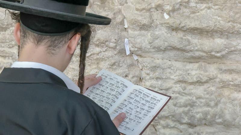 Chiuda su di un uomo ebreo alla parete occidentale a Gerusalemme fotografie stock