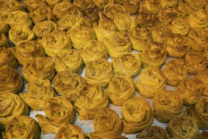 Chiuda su di un vassoio con i panini dolci di recente al forno Ossequi zuccherati deliziosi ed appetitosi messi sullo strato del  fotografie stock libere da diritti