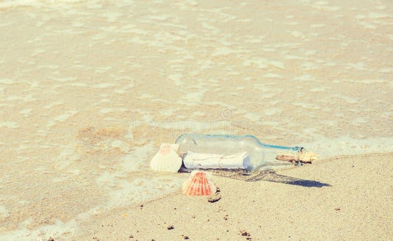 Chiuda su di una bottiglia con il messaggio sulla riviera fotografia stock libera da diritti