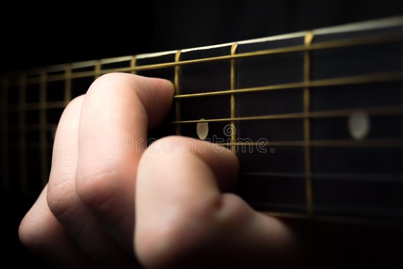 Chiuda su di una chitarra che è immagine stock