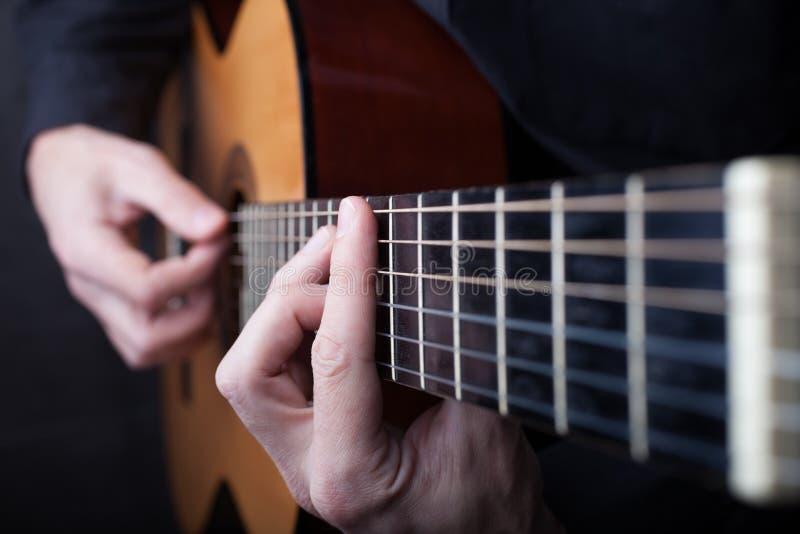 Chiuda su di una chitarra che ? giocata fotografie stock