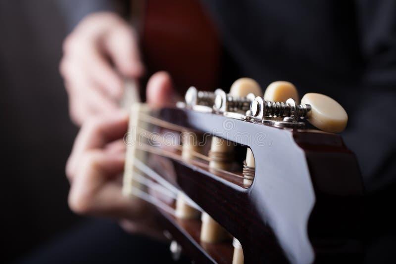 Chiuda su di una chitarra che ? giocata immagine stock