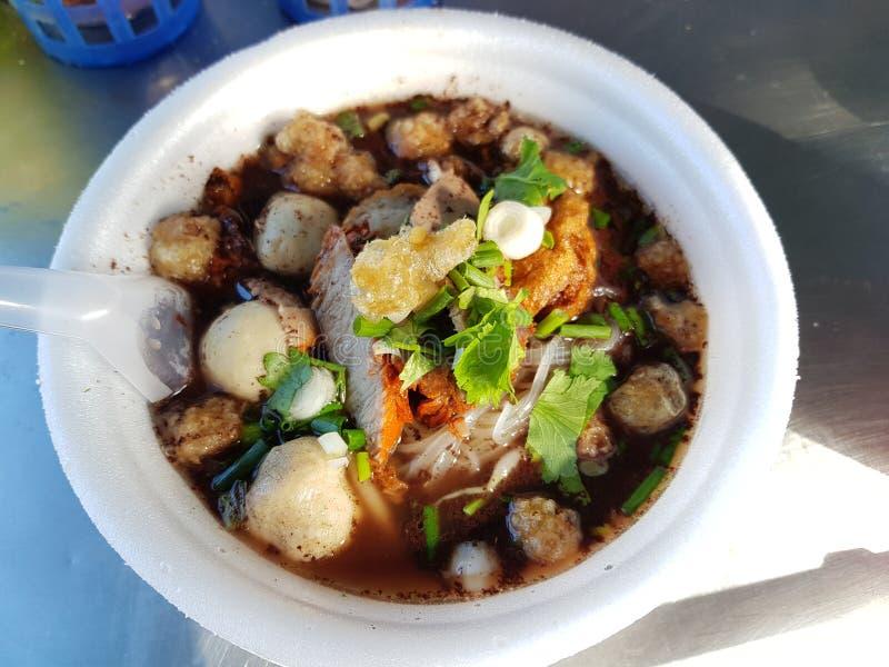 Chiuda su di una ciotola di minestra di pasta tailandese della carne di maiale di stile fotografie stock