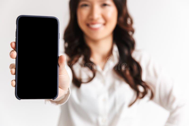 Chiuda su di una donna di affari asiatica sorridente fotografia stock libera da diritti