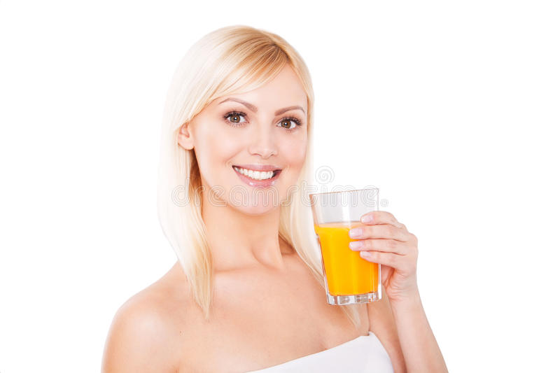 Chiuda su di una donna in buona salute sorridente con l'arancia fotografia stock libera da diritti