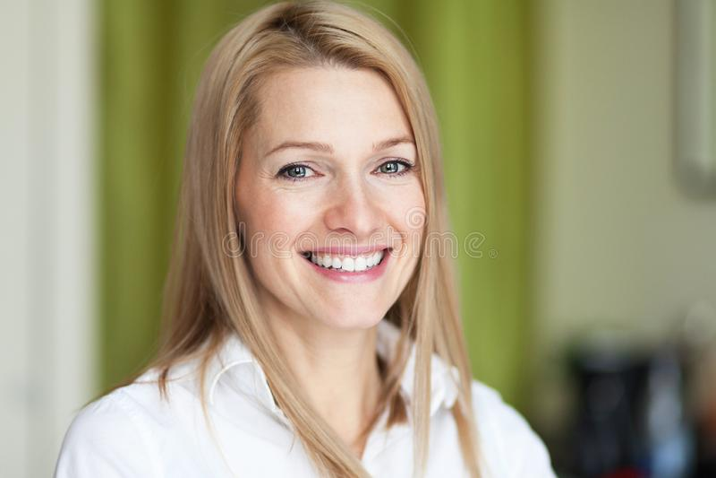 Chiuda su di una donna sorridente in buona salute Esaminando la macchina fotografica fotografia stock