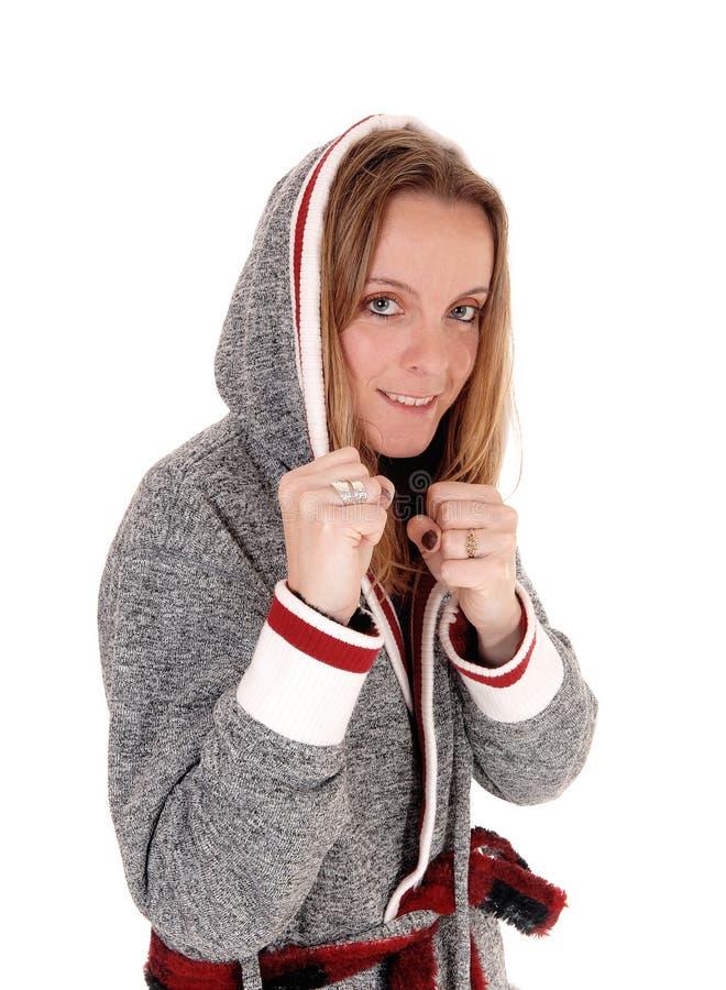Chiuda su di una donna in un accappatoio grigio immagini stock libere da diritti